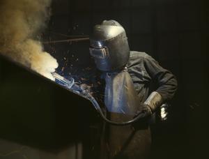 En amerikansk svetsare i arbete 1942. Foto: Alfred T. Palmer