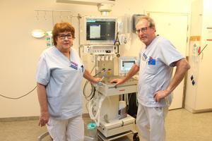 Arne Johansson och Lena Thilas Strand har jobbat i många år på intensiven vid Gävle sjukhus. De älskar sitt jobb och har inget emot att fortsätta trots att de  numera är pensionärer.