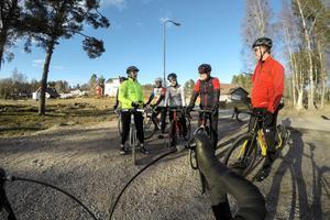 Johan Svedmark går igenom de olika tecken som cyklister använder vid klungkörning. Under 8 måndagar kommer Friskis & Svettispassen att vara inriktade på att cykla i klunga.