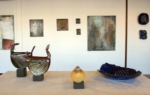 Kajsa Gustavsson från Näsviken ställer nu ut hos Matfors Konstförening med både keramik och måleri.