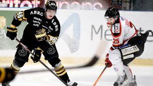 Teemu Ramstedt har gjort en säsong i AIK. Nu har finländaren gjort mål även på bandyplanen. Bild: Pontus Lundahl.