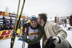 Kransmasen Viktor Sticko bjuder Britta Johansson Norgren på en segerkyss.