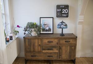 Emil gillar inredning och skapa små stilleben.  Cool retroklocka, en Tiffanylampa och  en tavla föreställande designern Karl Lagerfeld som Fredriks vän Magnus Hörberg från Valbo har gjort.
