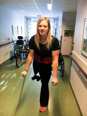 Foto: PrivatPå rehabiliteringen har Matilda Persson tränat att stå och gå korta sträckor med kryckor. Framöver ska man utreda om det är möjligt för henne att få en protes.