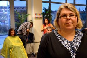 Bertha Gebril tog initiativet till att låta behövande klippa sig gratis på Slink In.