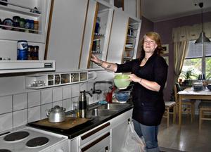 Både Mattias och Linnea tycker om att de gamla dragskåpen är kvar i köket