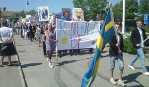 Glada studenter från Voxnadalens gymnasium tågade från skolan till Öjeparken.