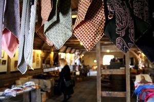 Bakom slipsarna skymtar besökaren Ewa Björses.