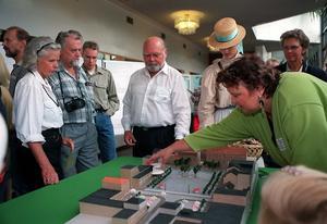 1997 var AnnSofie Andersson (S) ordförande byggnadsnämnden och tog här emot åsikter om Stortorget. Foto: Mats Andersson