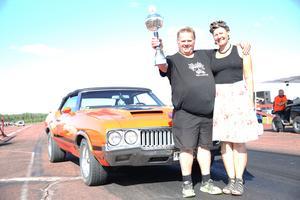 Jörgen Engdahl från Mellerud vann Peoples choice med sin Oldsmobile 442, alptopp. Jörgen fick priset av Sofie Palmér.