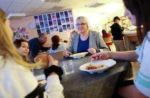 Agneta Kardin, klasslärare för årskurs fyra, äter med eleverna i matsalen för att sedan gå tillsammans tillbaka till klassrummet för fortsatt lektion.