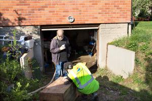 Håkan Karlsson på Stadshagsvägen, lämnar uppgifter om det vattenfyllda garaget till Kent Johansson från Mälarenergi.