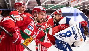 Niki Petti och Filip Johansson (lilla bilden) var två av många spelare som irriterade sig på varandra när Leksand gästade Mora på måndagen. MIK:s Mathias Bromé trivs när det är mycket känslor på isen. Foto: Bildbyrån
