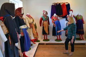 Inga-Lilla Jansson visar dräktutställningen i Trösklâu.