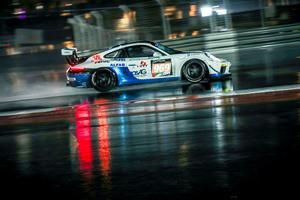 Att bemästra en hästkraftstinn Porsche på torrt underlag är inte det lättaste. Adderar man sedan till regn i massor så blir det inte precis som att göra en söndagsutflykt med svärmor i högerstolen.   Foto: Gruppe C Photography