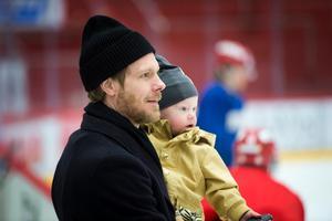 Sebastian Lauritzen och sonen Alexander på Timrå IK:s träning.