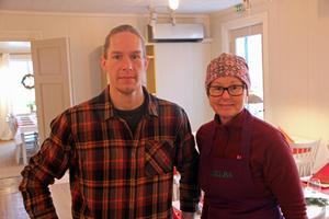Fredrik Jöbrand får hjälp av sin mor Karina Jörbrand med förberedelser av julmaten.