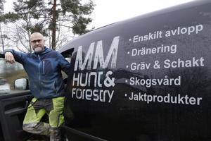 Han är uppvuxen i de djupa skogarna i Allmänningbo i närheten av Grimsö och traktor har Magnus kört sen han var sju år.