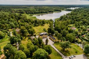 Herrgården är nästan 2000 kvadratmeter stor. Medföljande, en mark på sex hektar. Foto: FishEye AB