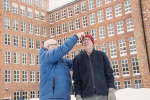 Mats Hellberg hjälper till att rätta till Sågmyra SK-mössan på Ingvar Halfvarssons hjässa. I bakgrunden synds den mäktiga industrifastigheten som fram till 70-talet var yllefabrik och ortens stora arbetsgivare.