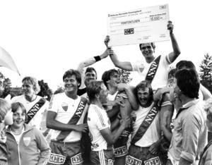 Opes segrarlag i derbyt mot IFK Östersund 1981. Lagkaptenen Christer Thylin bärs i gullstol av sina lagkamrater. Närmast under honom Kjell Carlsson.