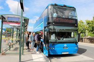 Servicen till skattebetalarna i Norrtälje kommun skulle förbättras genom en ny busslinje, en snabblinje 676, endast för resande från och till Norrtälje kommun under rusningstid, skriver Britt-Mari Canhasi och Tommy Grönberg. Foto: Kajsa Althén.