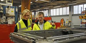 Åsa Eriksson fick en rundvandring i Car-O-Liners fabrik i Kungsör tillsammans med platschefen Joacim Einvall.