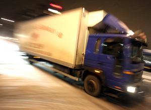 I Västernorrland kör så många som 66 procent av lastbilar med släp för fort enligt Trafikverkets hastighetsundersökning från år 2016. Oavsett den kritik vi kan lyfta mot de mätningarna, så är det mycket allvarligt, skriver Carina Ahlfeldt. Foto: Fredrik Persson/TT-arkiv