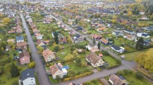Vem vill och har råd att bo i småhus om skatten hamnar på 50000 kr eller mer? Det säger sig självt att Sverige inte kan införa en så oförutsägbar skatt, skriver Håkan Larsson.