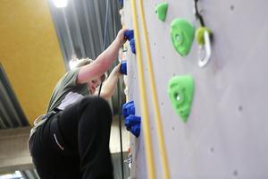 Hugo Smedberg, 10 år, tog sig an en av de långa repväggarna som mäter hela 7,40 meter och lyckades ta sig ända upp på första försöket.