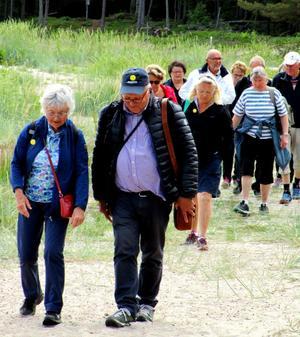 Kerstin Marmont och Anders Nordin i täten efter fika i Björnviken och på väg mot den vackra Näckrosdammen under rundvandringen på Trysunda. Foto: Uno Gradin