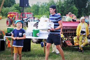 Jonas Gyllensvaan fick hämta ut två priser för två kategorier. Sonen Levi följde med pappa till prisbordet.