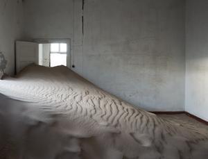"""Interior"". Naturen återtar en by vid en diamantgruva i Namibia. Foto. Helene Schmitz"