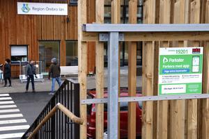 I anslutning till trappan till parkeringshusets övre plan finns den andra skylten som ska göra besökare uppmärksamma på parkeringsavgiften.