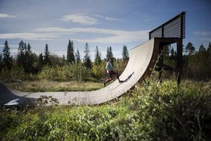 Elin och Tommy har byggt skateboardrampen själv. Ett av många klassiska hinder i OCR-världen är rampen. Här skejtar barnen medan Elin hellre springer.