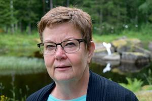 Irene Gruhs, här fotad på land framför dammen och en av fisk- eller sjöjungfrustjärtarna.