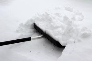 Snön är snart här. Veterankraft söker personal för bland annat snöskottning.
