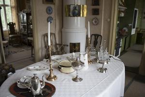 Matbordet dukas om då och då, i sommar är det frukostbord med grötkastrull och brödrost som står framme.