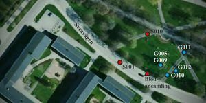 Polisens bild över brottsplatsen och spår som de hittat. Det röda är blod och det blåa är föremål. Sedan har de fått olika nummer av polisen.