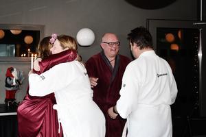 Det blev tårar av glädje när vännerna överraskades med en vigsel. Foto: Jenny Edin