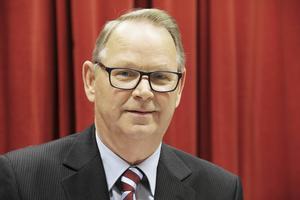 Inköp Gävleborgs ordförande Bertil Eriksson (KD), varnar för personalneddragningar och stängning av kontor om inte medlemskommunerna börjar betala mer för upphandlingsservicen.