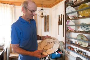 – Att handla på auktion är verkligen återanvändning. Förr var det inget slit och släng heller, säger Sven-Erik Sjölund och visar ett fat som omsorgsfullt reparerats en gång i tiden.