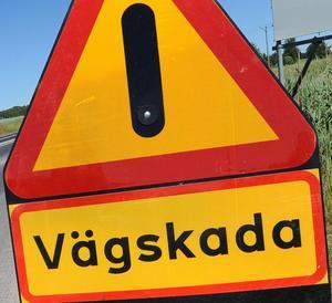 Länets socialdemokratiska toppolitiker upprörs av hur Trafikverket sköter vägarna  i länet och tänker ta strid för vägstandarden.