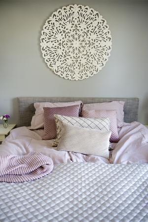 Ljusa, lugna färger i olika texturer ger sovrummet en härligt ombonad och lyxig känsla.