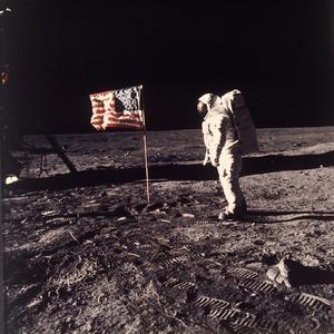 """Det är inte längre så många som tror på teorin att månlandningarna inte har ägt rum, enligt Kent Werne. Detta eftersom frågan inte har någon politisk sprängkraft. Det """"spelar ingen roll"""" om människan har varit på månen, och därför kan inga politiska krafter dra nytta av att elda på teorin. På samma sätt har antalet ufo-observationer gått ner de senaste åren, enligt Kent Werne, medan trollfabriker och Trump ägnat sig åt att sprida teorier med mer påverkan på våra liv.  Foto:  Neil Armstrong, NASA"""