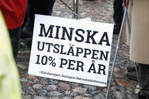 Ett av målen är att Sverige ska efterleva det Parisavtal som Sverige har skrivit på som bland annat går ut på att hålla den globala uppvärmningen under 2 grader med en ambition på under 1,5 grader.