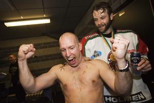 En klassisk bild från guldkvällen 2007 då Zdenek rakar Fredrik Andersson huvud, en frisyr som