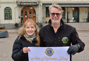 Sandra Lundahl, Lions Vetlanda, och Anders Wahlberg, Lions Eksjö, räknar med att få in en rejäl summa till hjärt- och kärlforskningen genom arrangemangen på alla hjärtans dag.