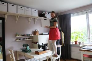 Lådorna är ordentligt uppmärkta och Annastina har total koll på var allt finns i ateljén.