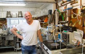 Här i labbet experimenterar Jonas Larsson fram nya blandningar.